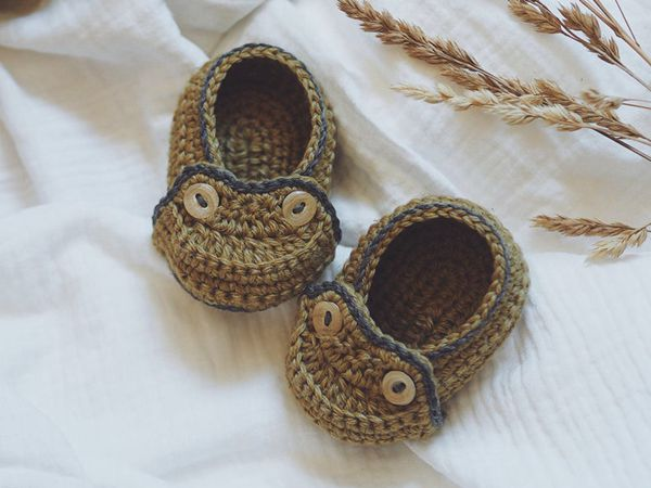 crochet Two Button Moccasins easy pattern