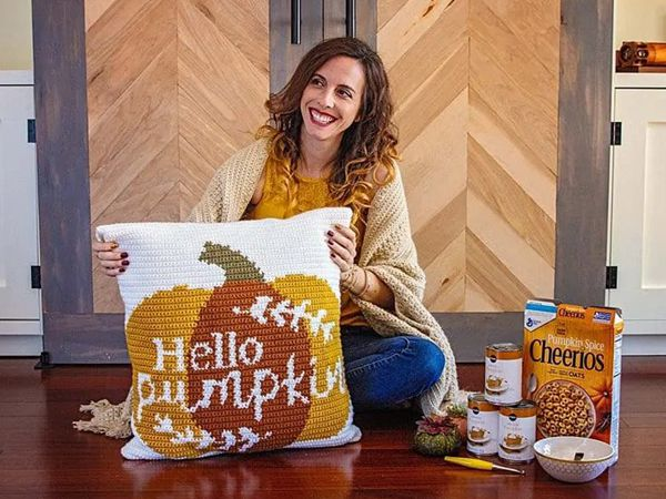 HELLO PUMPKIN CROCHET PILLOW free pattern