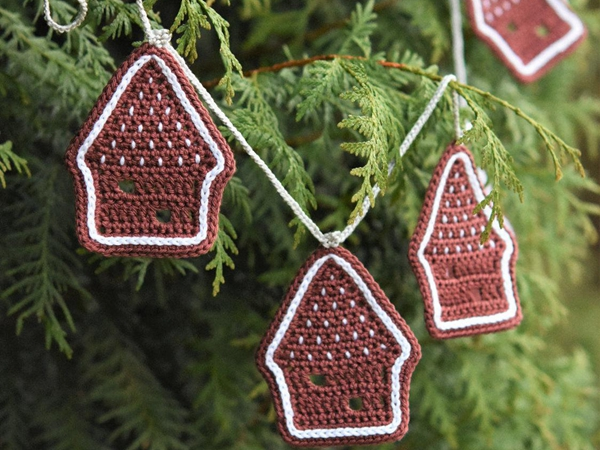 crochet Christmas Gingerbread House Ornament easy pattern