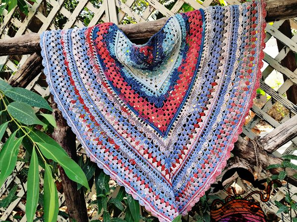 crochet Glowing blue shawl free pattern