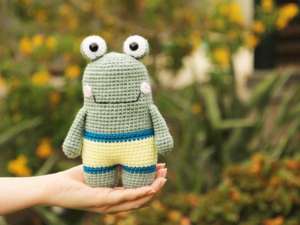 Flippy the crochet Frog free pattern